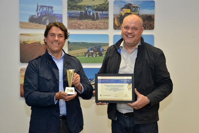 Alessandro Maritano (vice-presidente da New Holland para a América Latina) e Jorge Görgen (gerente de relações com a imprensa da CNH Industrial) recebem Prêmio Aberje 2015 (crédito Marcos Campos)