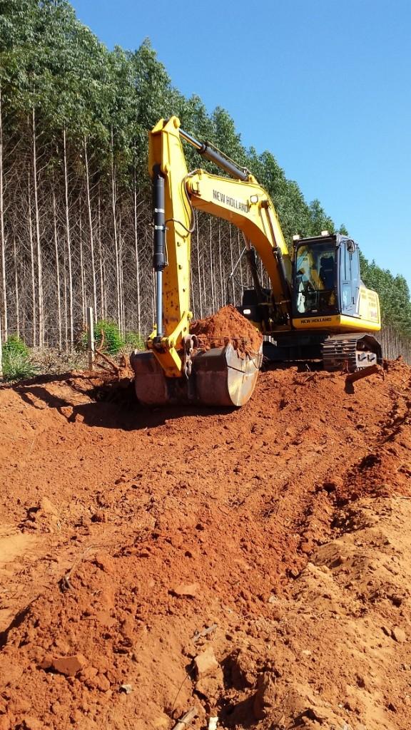 Escavadeira New Holland em operação no primeiro teste de tecnologia no interior de São Paulo